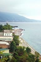 Blick auf Gagra, den bekanntesten Ferienort in Abchasien. Am Stadtrand sind die Strände halbleer, außerhalb von Ortschaften erst recht. / Hans Winkler