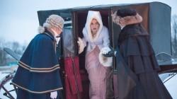 Viel Seide und Brokat: Natascha (Lily James) hat schwer zu tragen / BBC