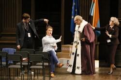 Nikolaj Didenko als Don Pasquale (in der Mitte) / Damir Jussupow